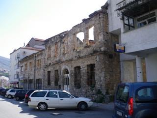 崩れたままの建物